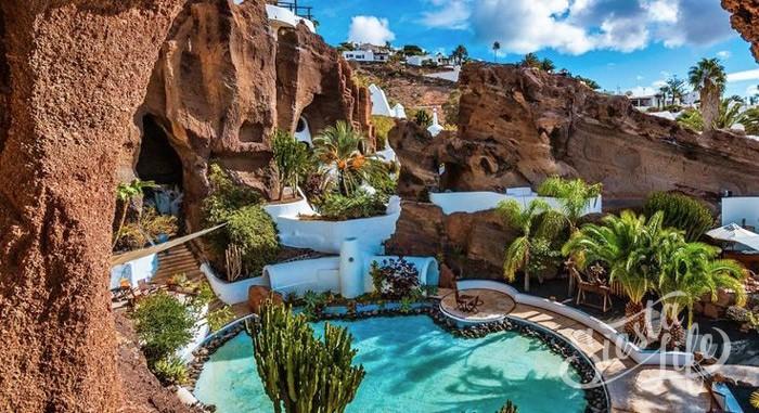 Лагомар — дом актера Омара Шарифа, построенный в скале в городке с названием Назарет