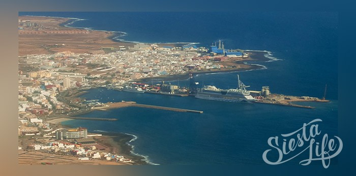 Пуэрто-дель-Росарио — столица острова с немногочисленными туристами и канарской атмосферой.