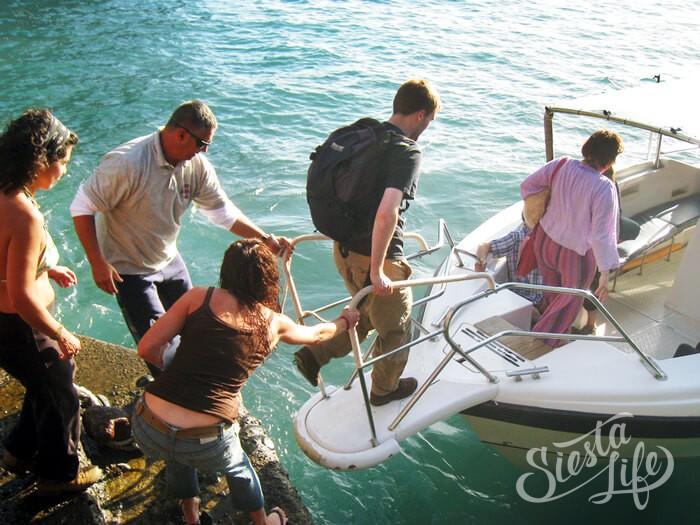 туристы садятся в водное такси