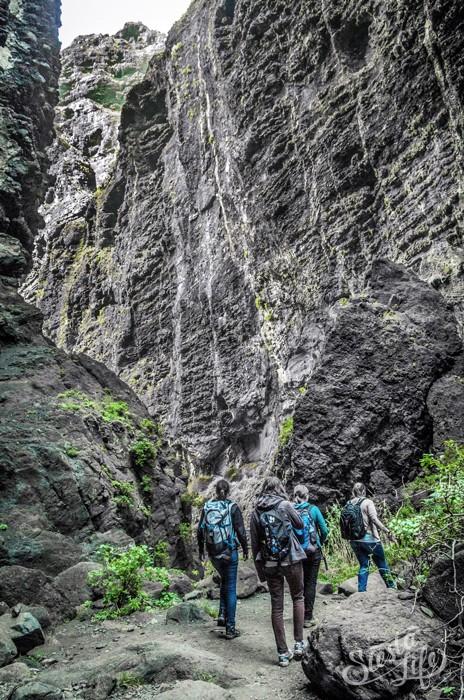 Туристы в ущелье Маска на Тенерифе