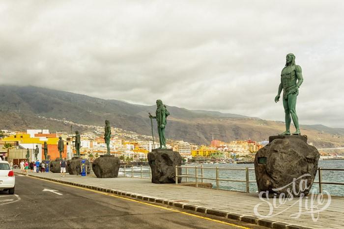 Статуи гуанчей на набережной Канделарии
