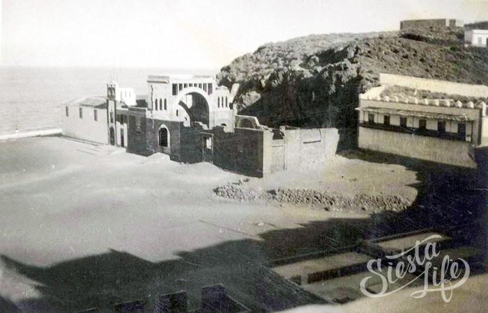 Старая часовня в Канделарии, обнесенная каменным забором