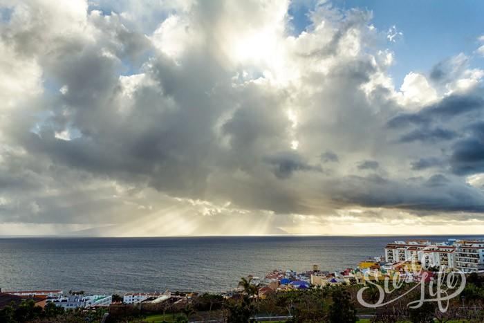 Закат сквозь облака