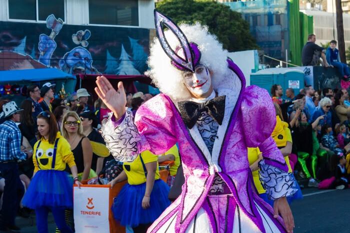 Главное шествие карнавала на Тенерифе в 2016 году — арлекин